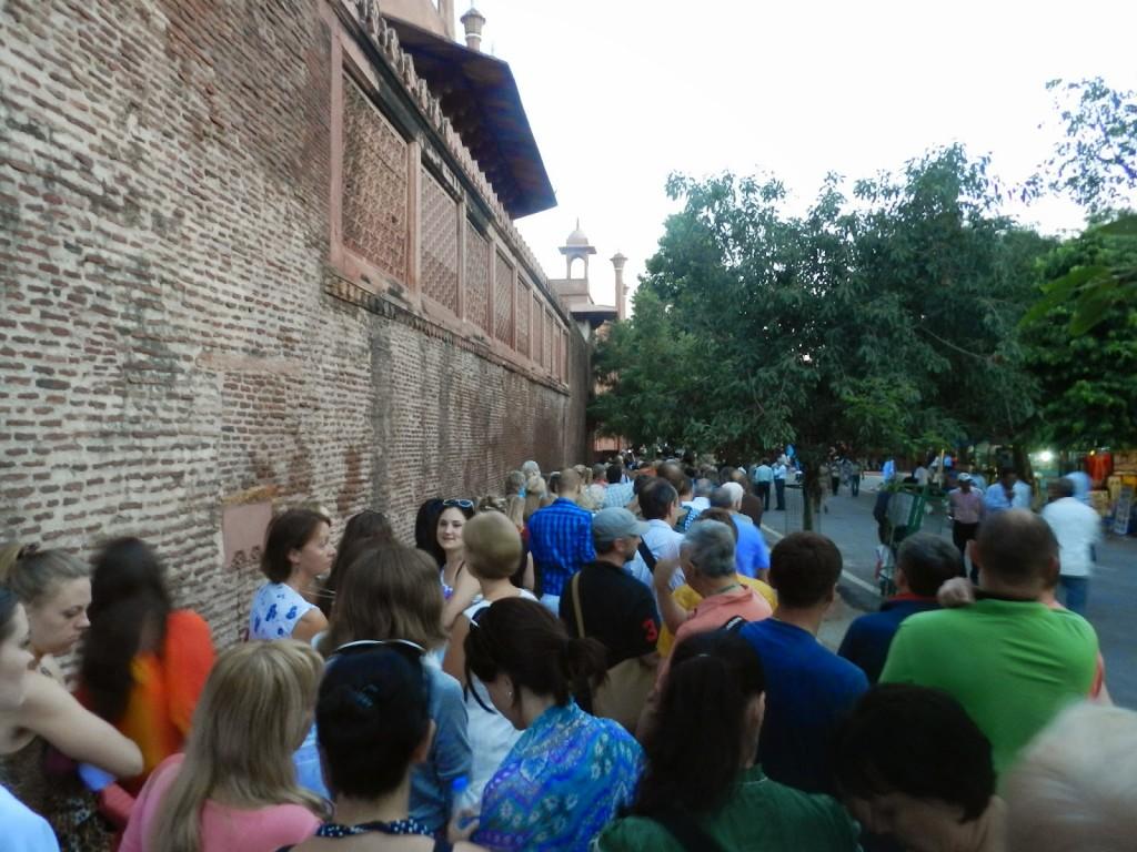 """""""Pequena"""" fila para entrar no Taj Mahal"""