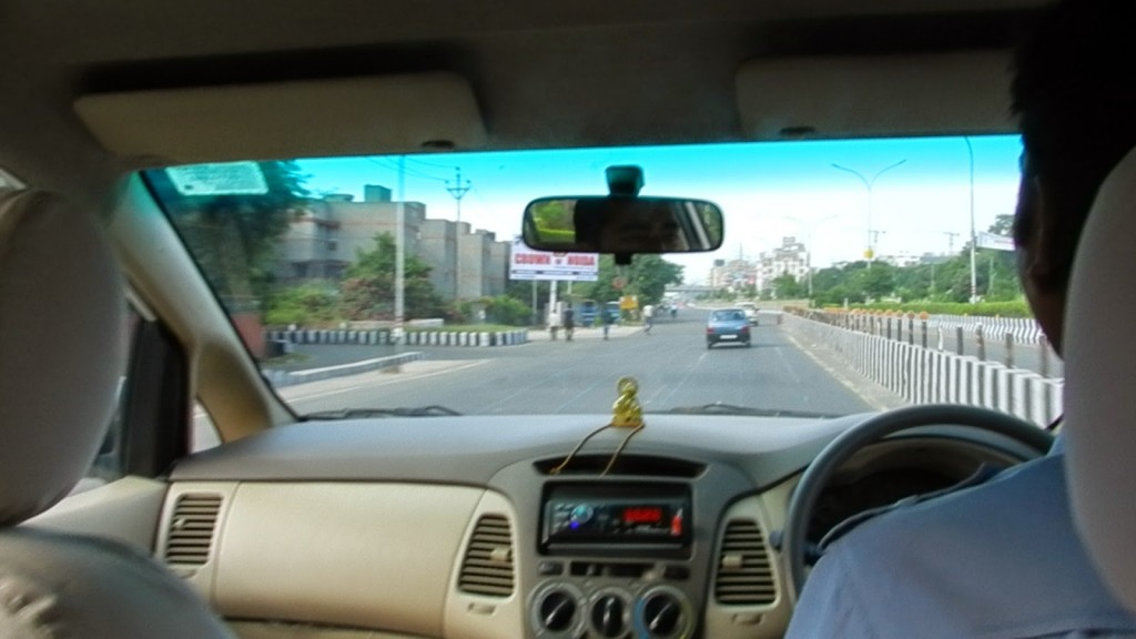 Nosso carro (bem velhinho) e nosso motorista Deepak - mão inglesa