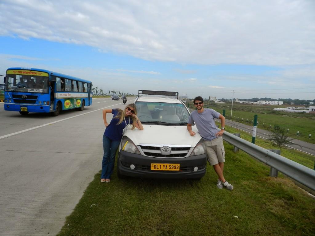 Nosso carro e a melhor estrada que pegamos: Highway Delhi - Agra (excelente!)
