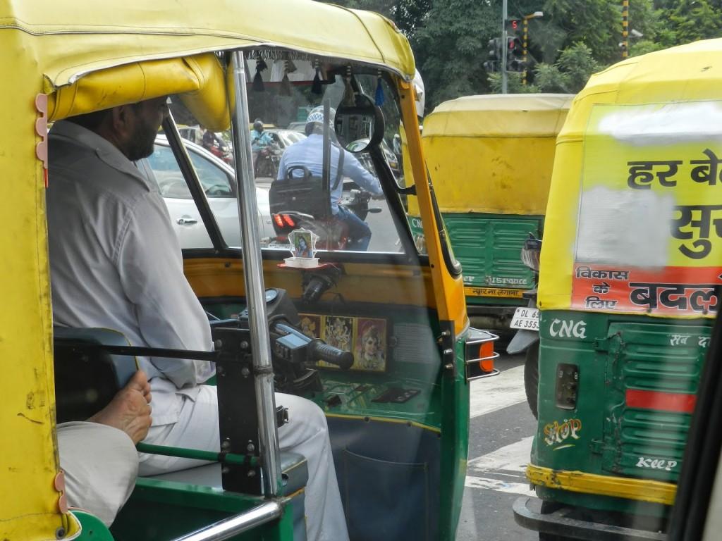 Trânsito caótico de tuc tuc em Delhi