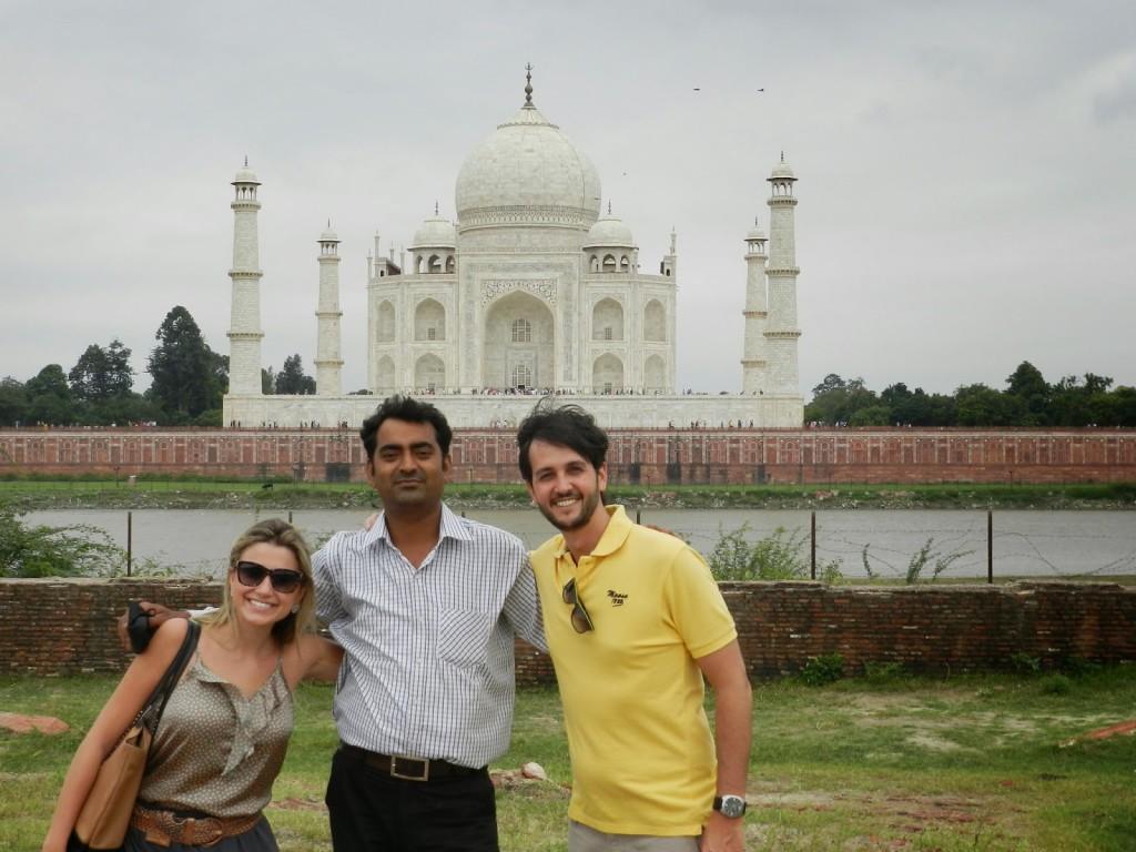 Nosso motorista Deepak (o Zeca Camargo hindu rs) em frente ao Taj Mahal