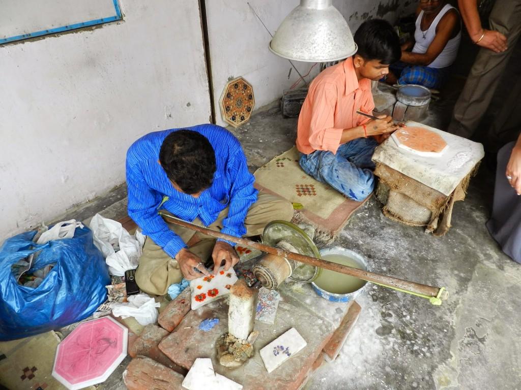 Produção das peças em mármore branco com pedras semipreciosas encravadas