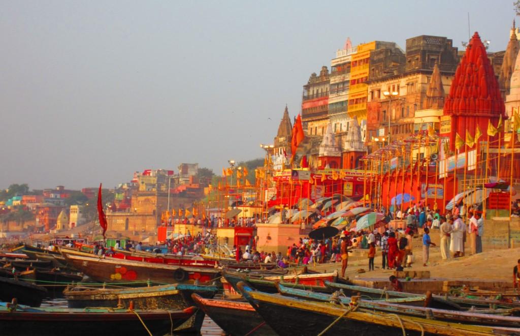 Clássica imagem de Varanasi: pessoas nos Ghats (escadas que levam ao Rio Ganges) | foto: agrasar.co