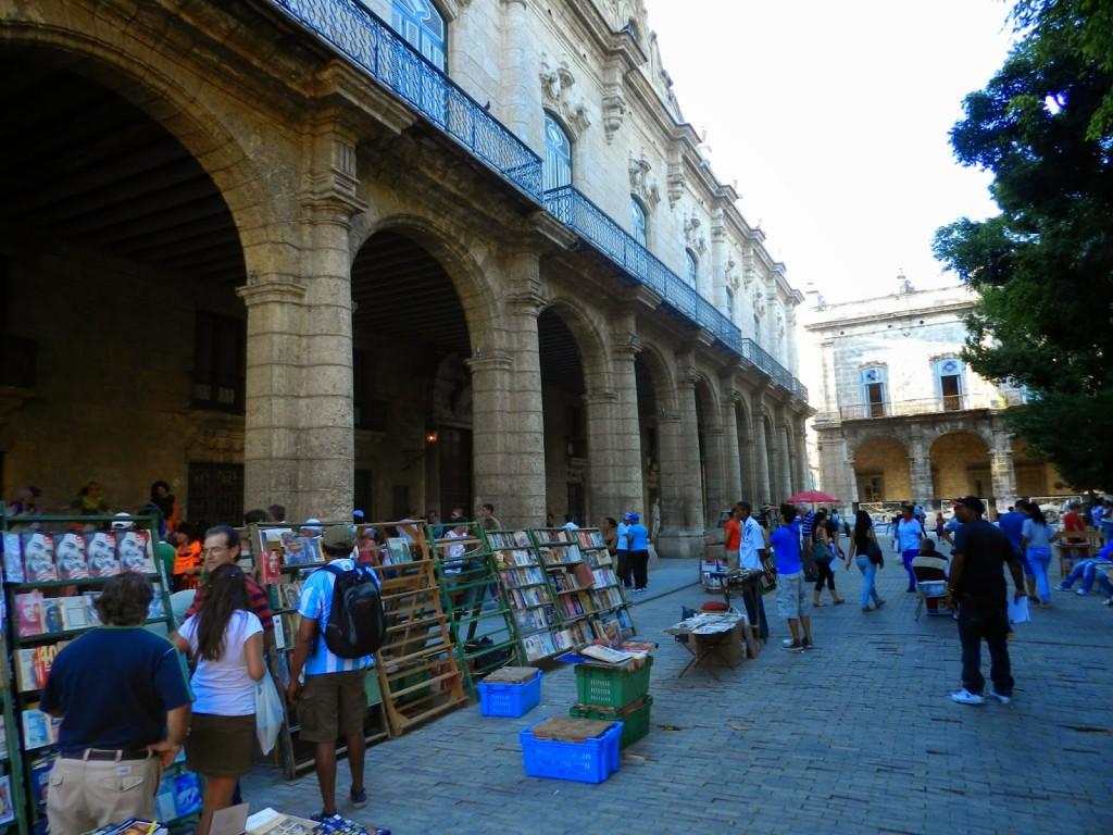 Feira de livros usados na Plaza de Armas (arcos do Palacio de los Capitanes Generales)