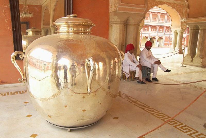 Jarros de prata gigantes no City Palace, Jaipur