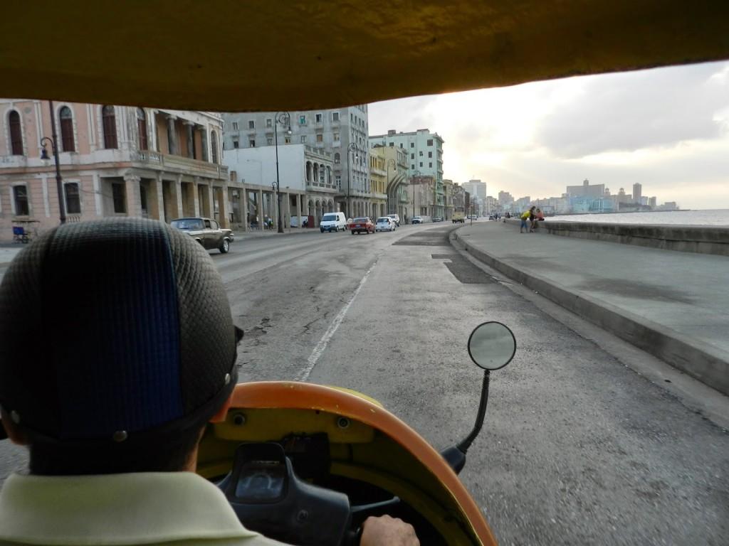 Indo para o Hotel Nacional de tuc tuc (passando pelo Malecón)