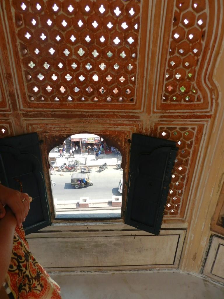 Dentro do Hawa Mahal, observando a cidade de Jaipur