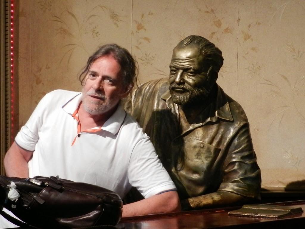 José de Abreu e escultura de Ernest Hemingway