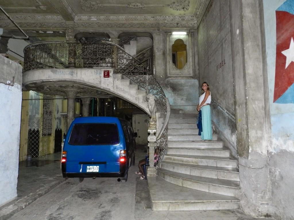 Subindo as escadas para chegar no La Guarida