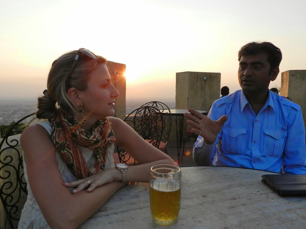 Por do sol com Jaipur ao fundo | Eu e nosso motorista, Deepak