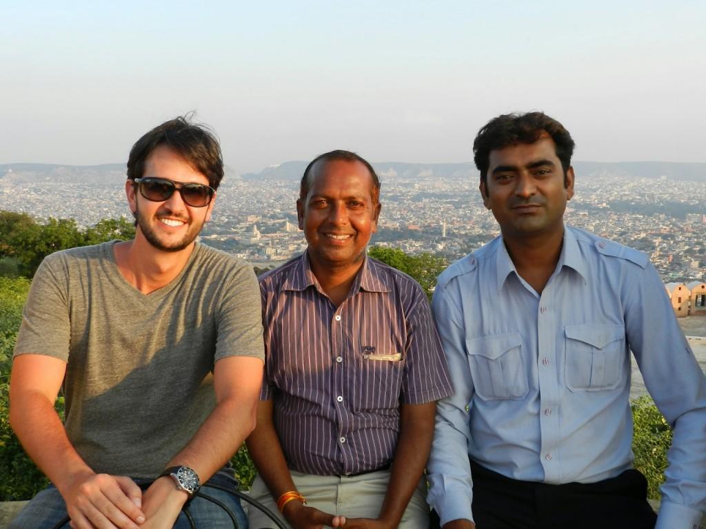 Da esquerda para direita: meu marido Ricardo, nosso guia Rajesh Parashar e nosso motorista Deepak