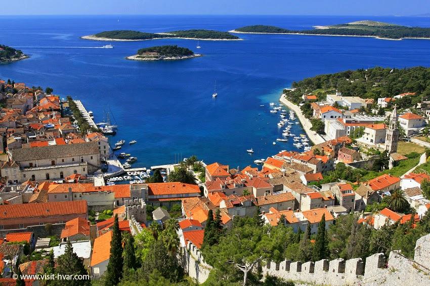 Vista da cidade de Hvar e das Ilhas Pakleni em frente | foto: discover-island-hvar.com