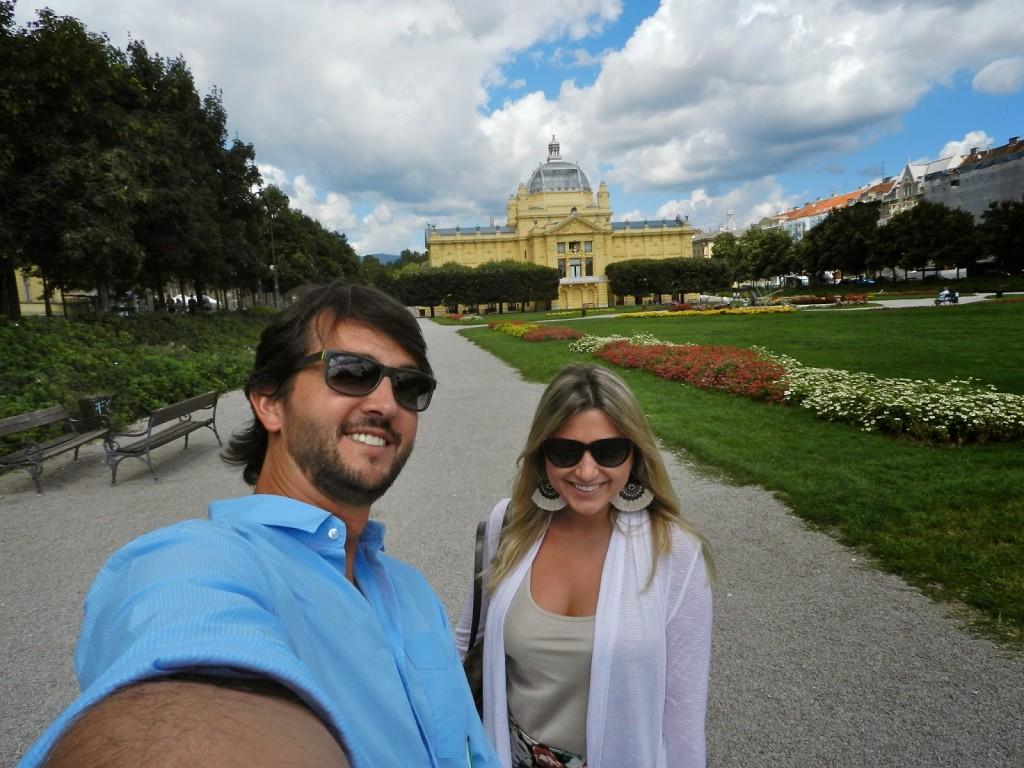 """Começando o passeio pela """"ferradura verde"""". Parque Tomislava com o Pavilhão de Arte ao fundo."""