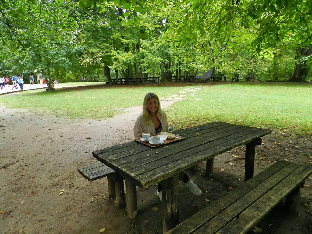 Tomando café no parque antes de começar a caminhada!