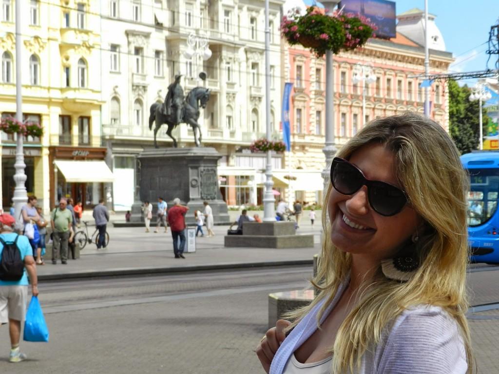 Já na praça principal Trg Bana Josipa Jelacica. No meio: a estátua de Josip Jelacica, herói nacional da Croácia