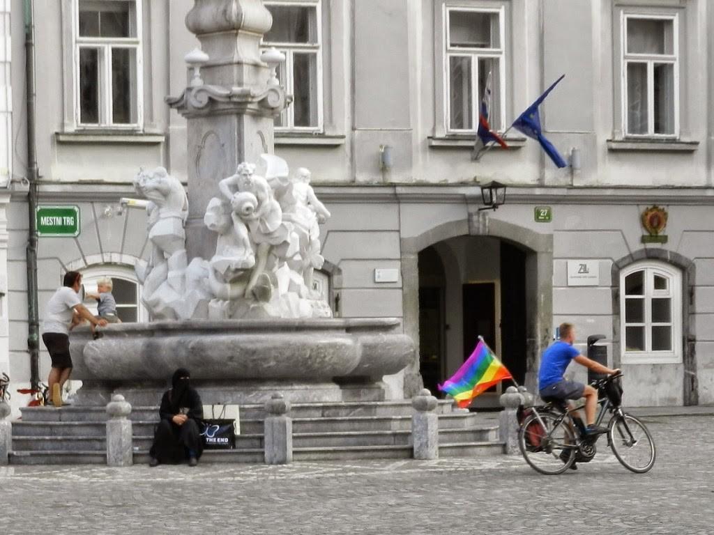 13 Robbas Fountain fonte city town hall - tolerancia muculmano vs gay contrastes - o que fazer em ljubljana eslovenia - dicas de viagem