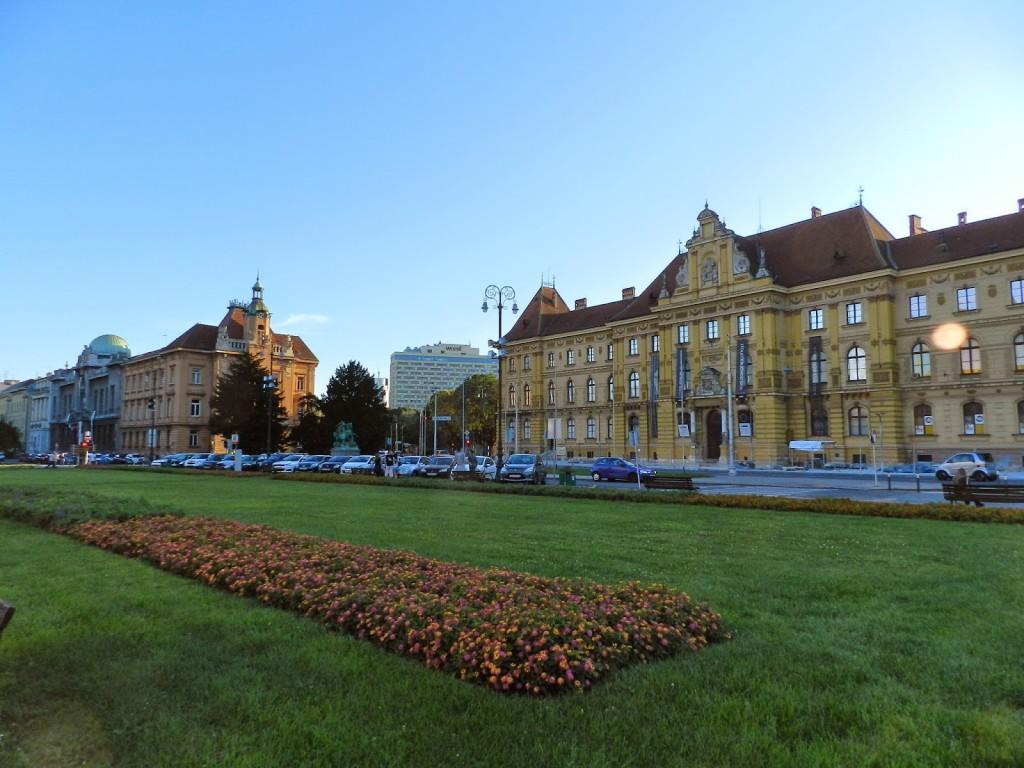 """Parque Ivana Masuranika (parte da """"ferradura verde"""") e o Museu Etnográfico de Zagreb ao fundo"""