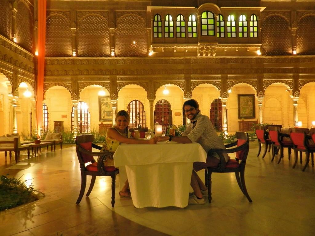 Jantar no pátio do hotel Suryagarh