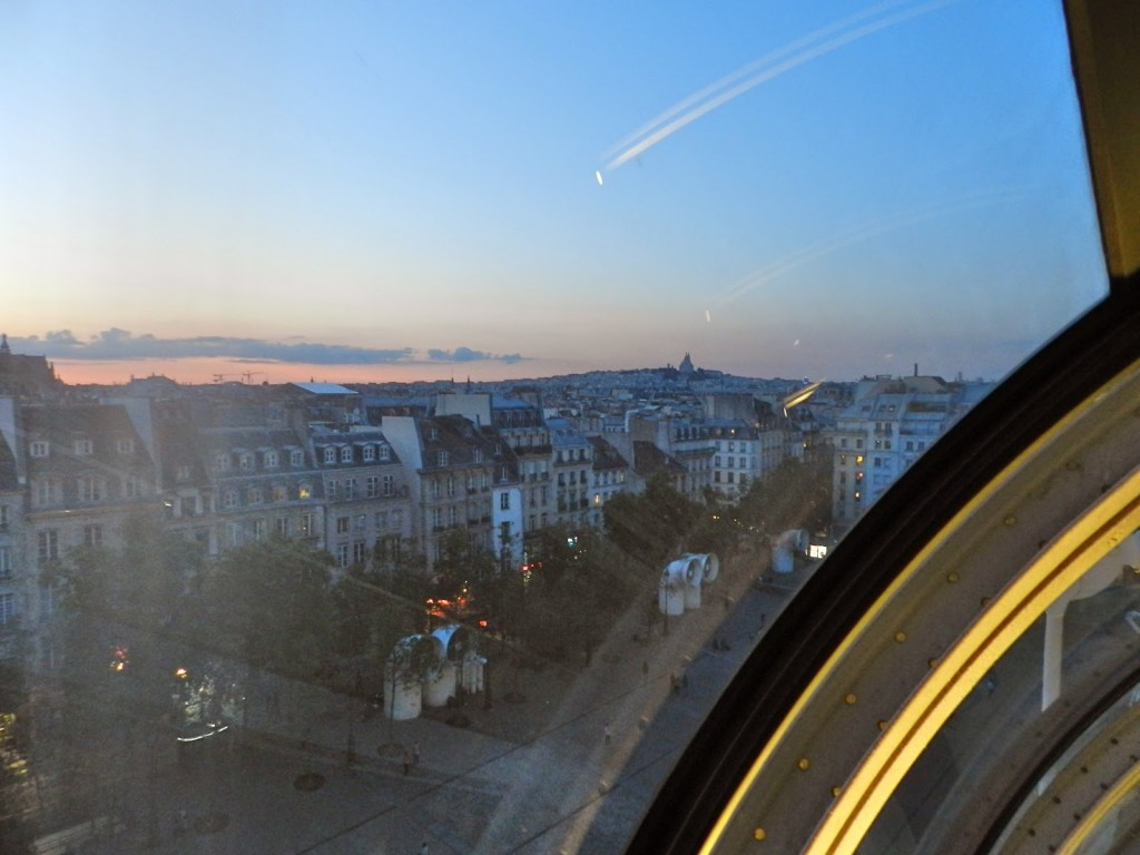Ainda nas escadas rolantes. Subindo... Repare na Sacré Coeur (Montmartre) láá no fundo