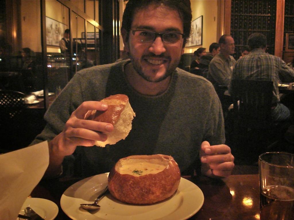 Ricardo e sua Clam Chowder servida no pão sourdough
