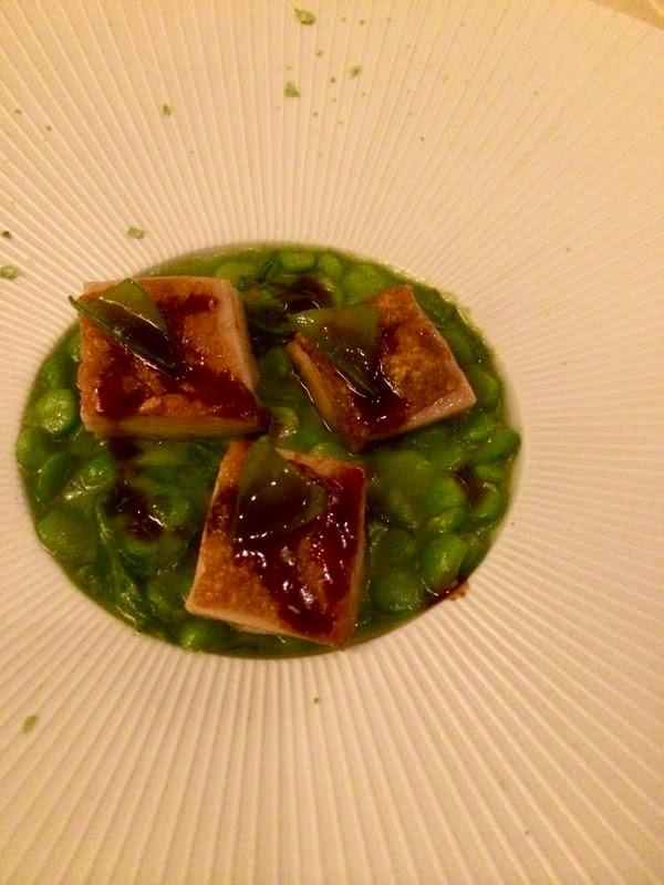 Um dos pratos do summer menu do Guy Savoy: frango com crosta crocante em cama de ervilhas