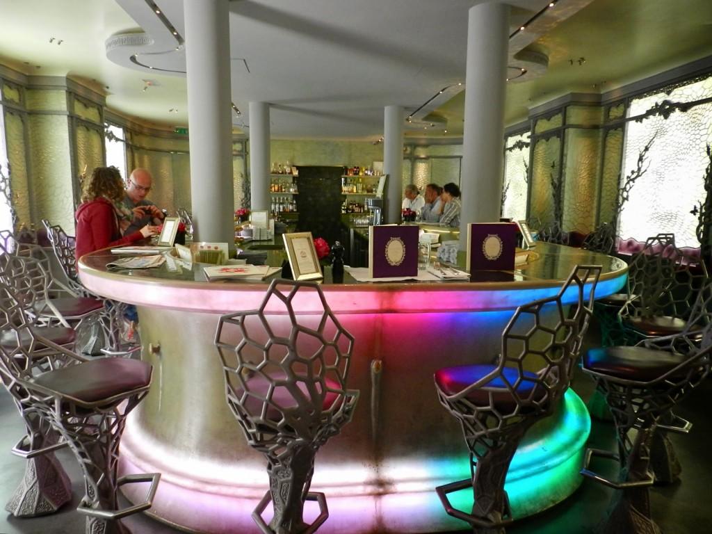 """Ladurée Le Bar - fica nos """"fundos"""", mas tem entrada pela lateral (13, rue Lincoln)"""