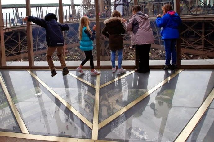 Novo chão de vidro no 1º andar da Torre Eiffel | foto: novoluxo.com