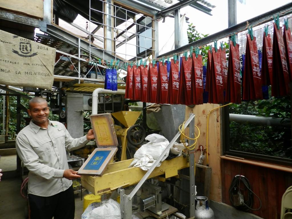 Nosso guia Rolando (muito gente boa!) mostrando como Tito faz as embalagens - sim, é o próprio Tito que estampa cada uma!