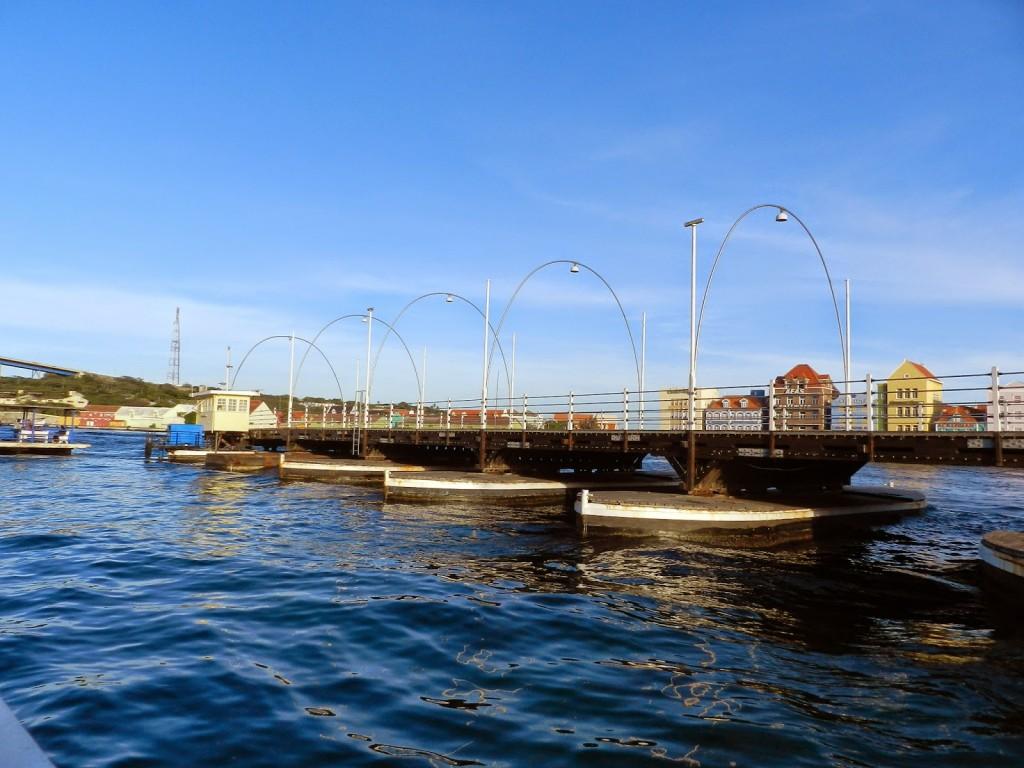 Ponte aberta para passagem de navios