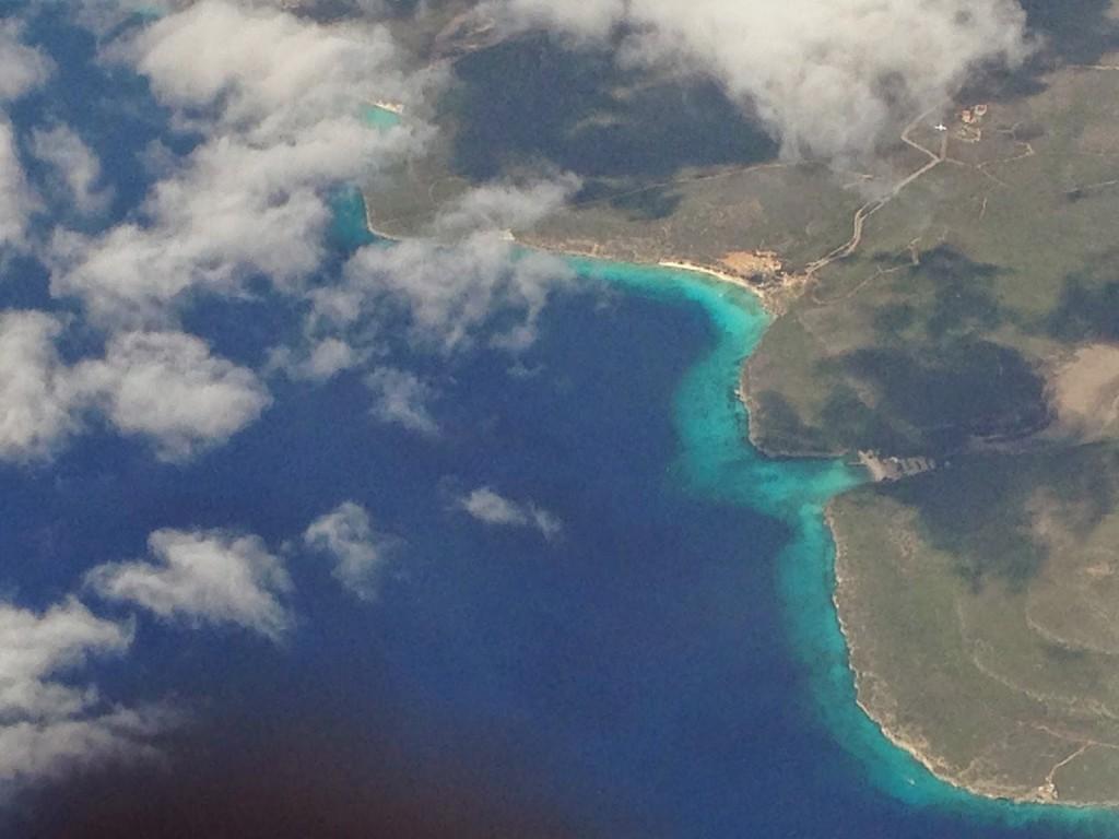 Do avião já dá pra ter uma ideia da cor do mar que te espera...