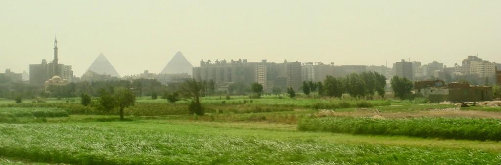 Deserto que nada... Prédio, prédio, pirâmide, prédio...