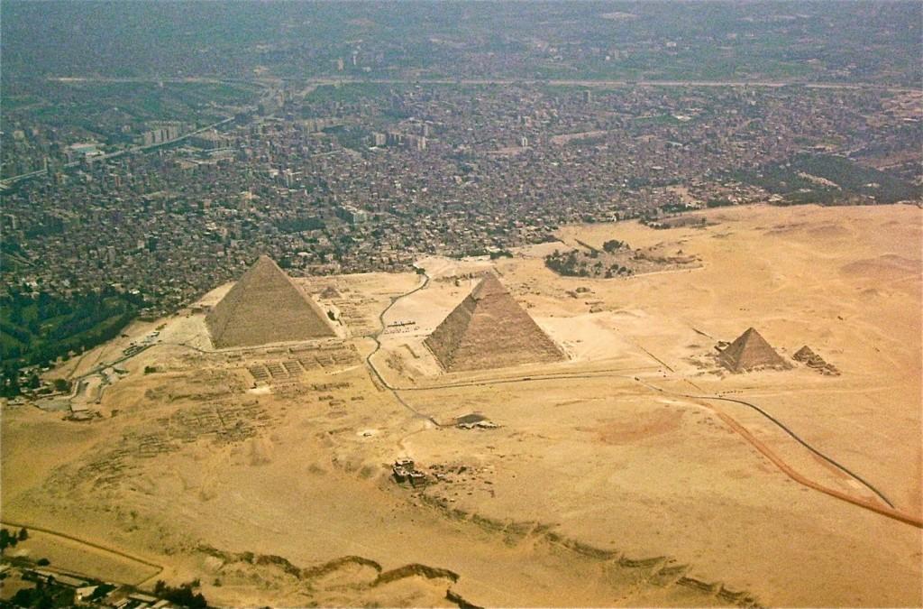 Vista aérea da Necrópole de Gizé e a cidade logo em frente, encostada | foto: wikipedia