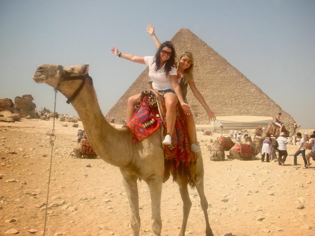 Pirâmide de Quéops no fundo