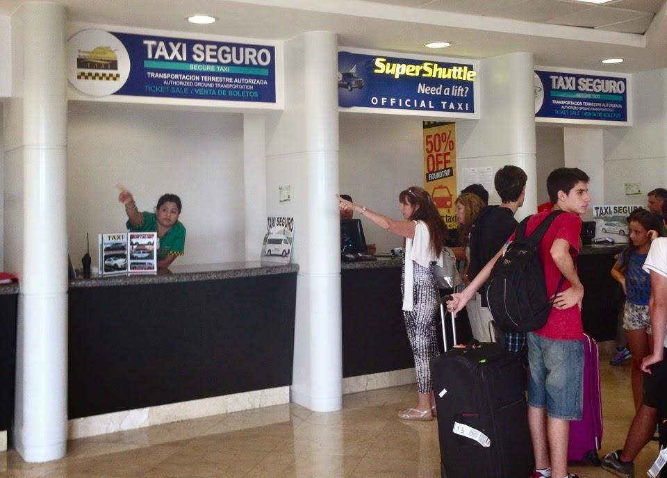 Guichés de taxis oficiais e shuttles no desembarque do aeroporto