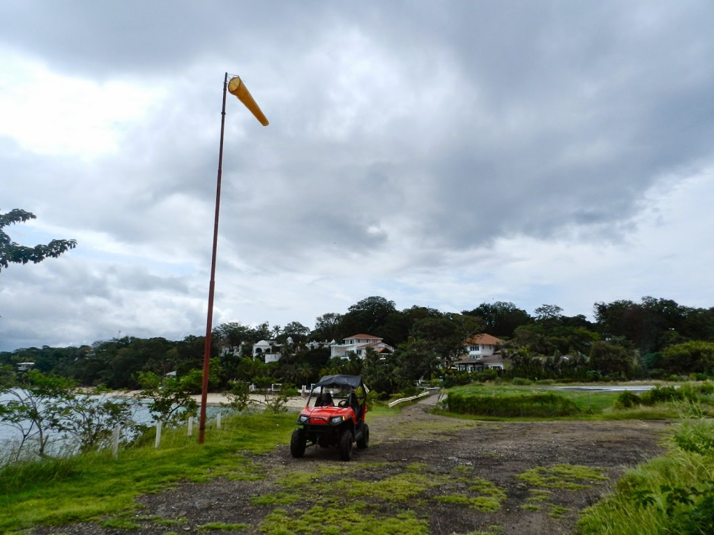 Na cabeceira da pista do aeroporto de Isla Contadora