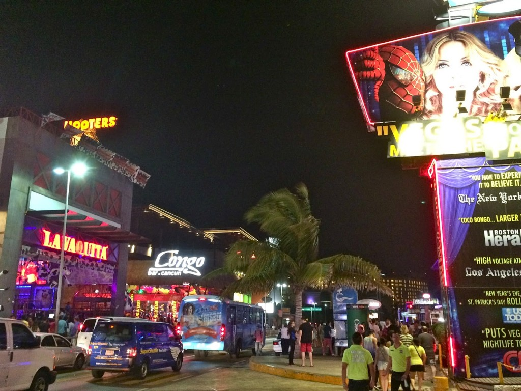 Trecho da Boulevard Kukulcán onde está a maioria das discotecas e bares de Cancún