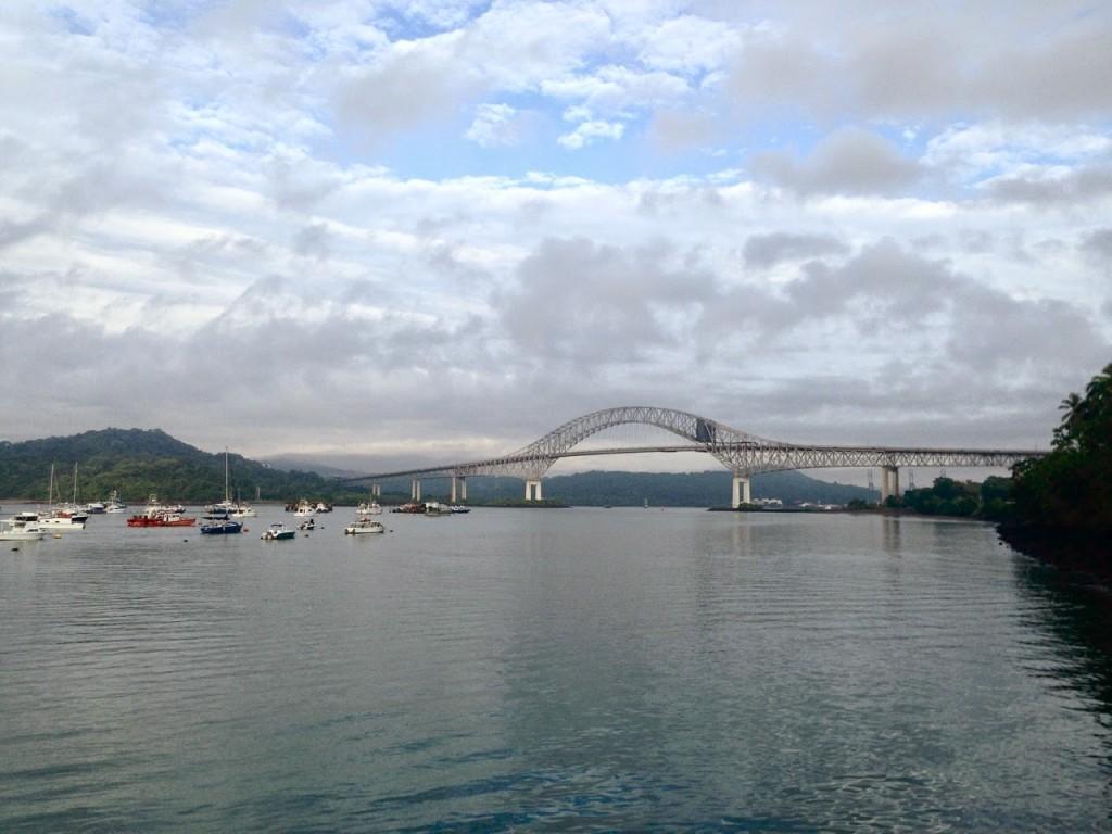Embarcando na balsa com vista para a Puente de Las Américas (Balboa Yacth Club)