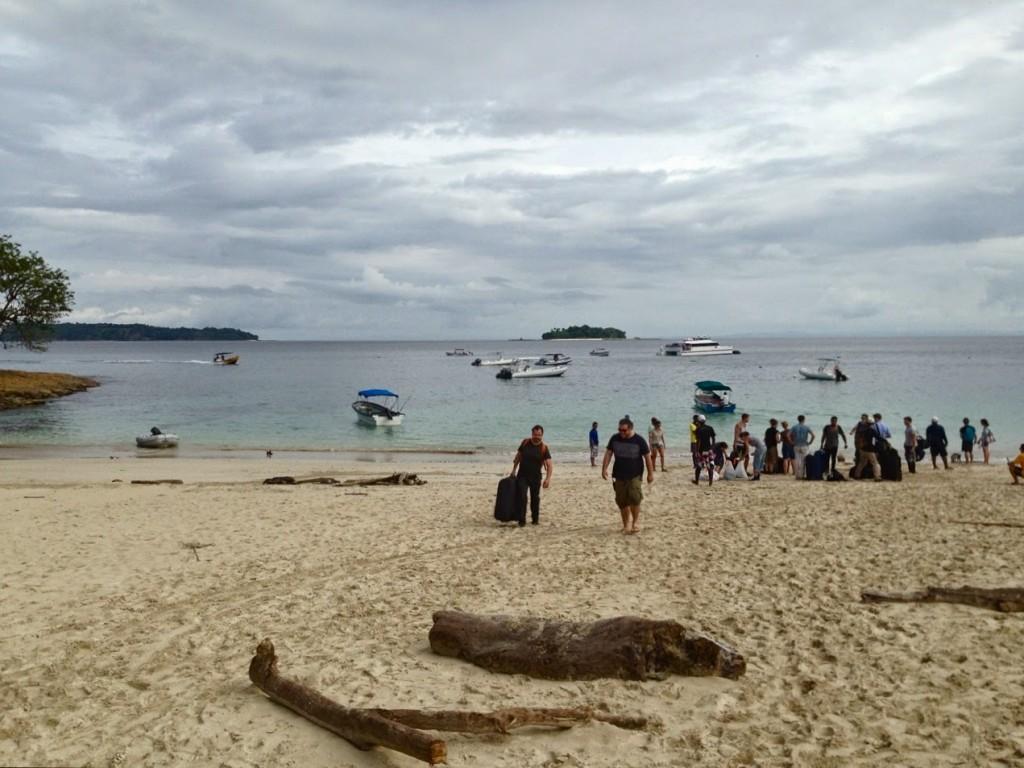 Desembarcando na Isla Contadora (Playa Galeon). Nada de sapatos ou tênis... O desembarque é na água + areia!!!