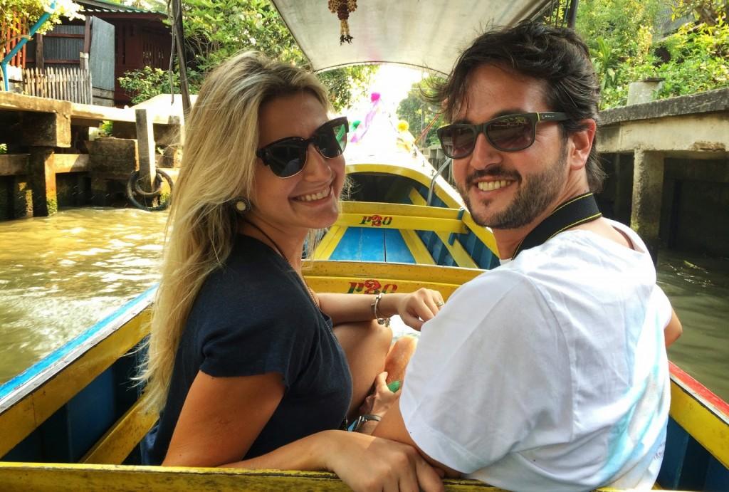 De long tail boat, passando pelo vilarejo para chegar ao mercado
