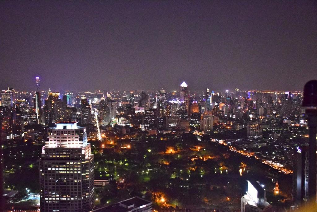 Bangkok, a capital tailandesa, vista do Vertigo and Moon Bar