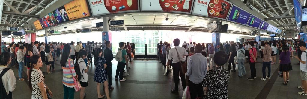 Dá pra acreditar que essa organização toda é a fila do metrô/skytrain de Bangkok em plena hora do rush???