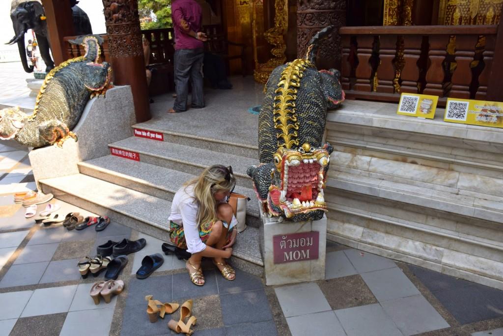 Tirando a sandália antes de entrar no templo. | Dica: em dia de visita de templos, vá com sapato aberto e fácil de calçar e descalçar.