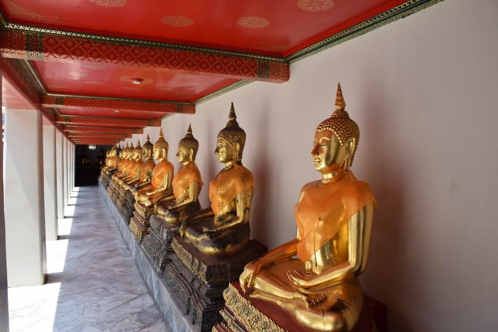 Milhares de imagens de Buda espalhadas por todo o templo