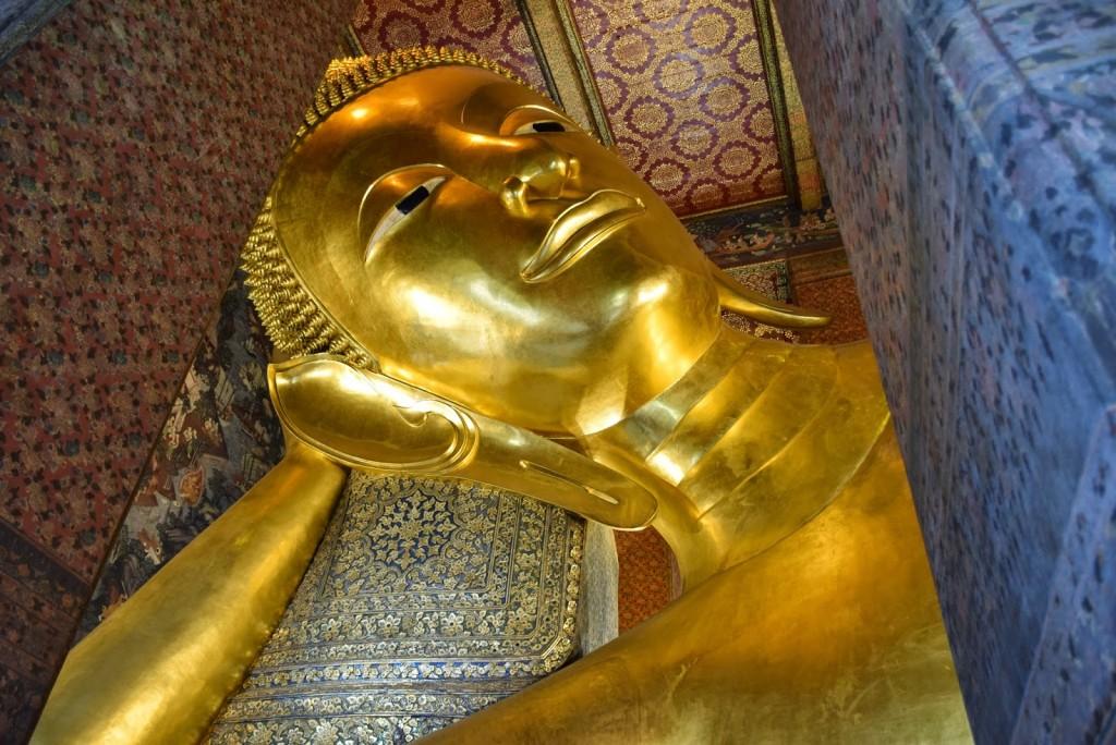 E eis o que você já viu de mais gigante na vida: o Buda Reclinado no Wat Pho