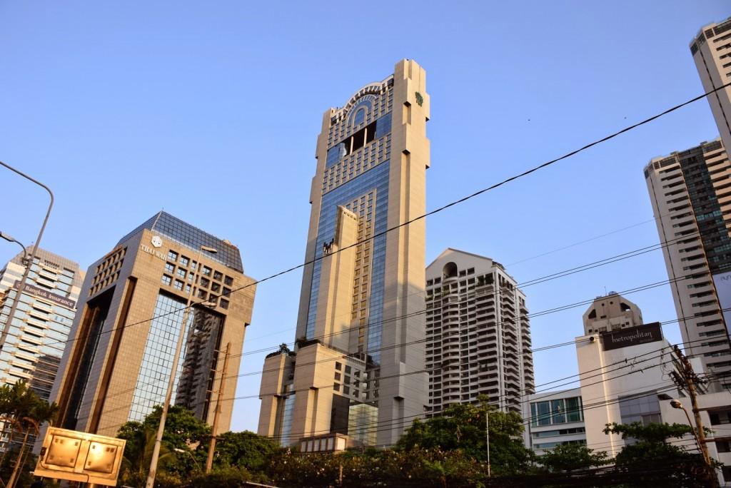 É no topo deste prédio mais alto, Banyan Tree Hotel, que está o Vertigo and Moon Bar