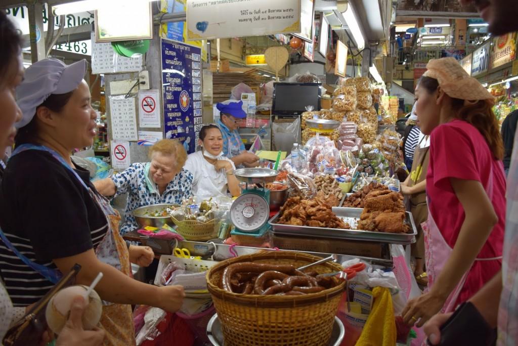 24Comidas tailandesas linguiça sausage northern thailand food warorot market chiang mai 01