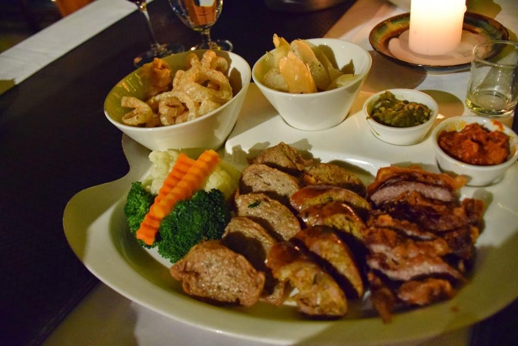 25Comidas tailandesas linguiça sausage northern thailand food riverside deck 01 chiang mai 02