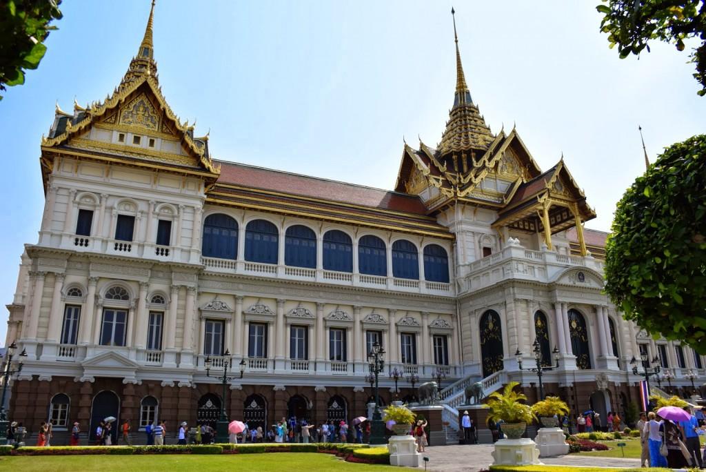 """Chakri Maha Prasat Hall, construído pelo Rei Rama V (1882). Mistura arquitetura ocidental com tailandesa. O rei queria que o Palácio tivesse cara de Europa mas outros na corte discordaram. Então a construção mesclou os dois estilos e ganhou o apelido de """"o ocidental com chapéu tailandês""""!"""