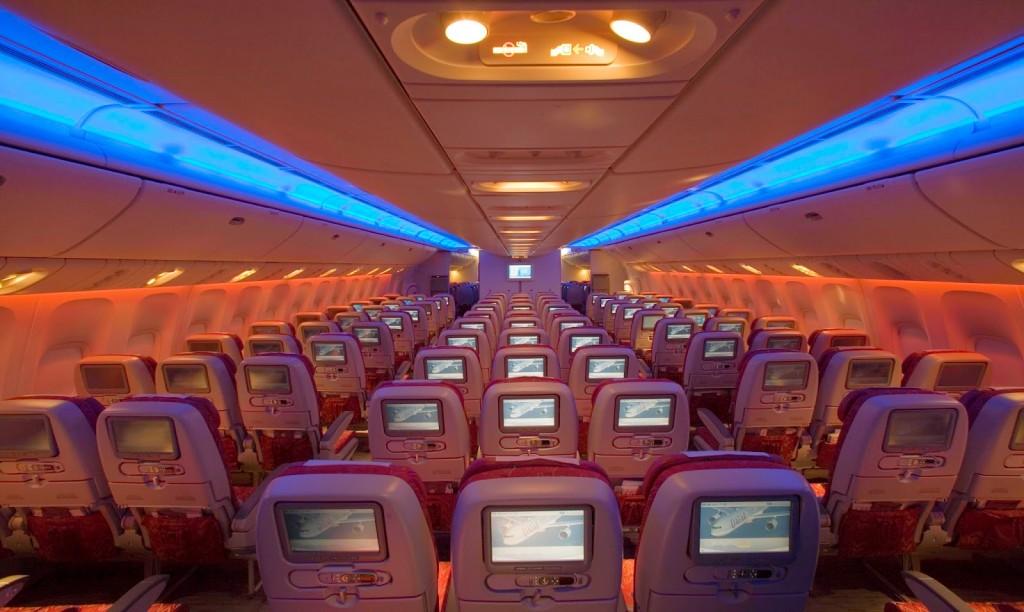 Interior da aeronave Boeing 777-200 da Qatar Airways