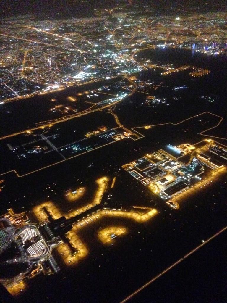 Vista aérea de Doha, Qatar, e aeroporto
